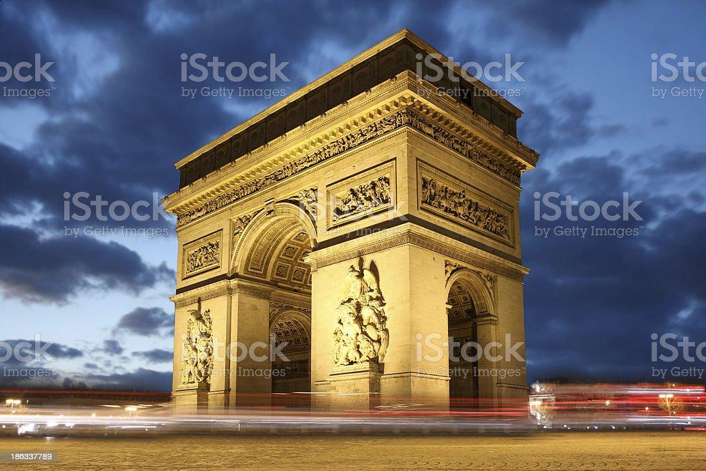 Famoso arco de triunfo en París, Francia - foto de stock