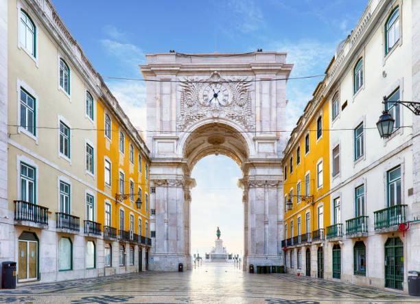 famous arch at the praca do comercio, lisbon, portugal - lisbona foto e immagini stock