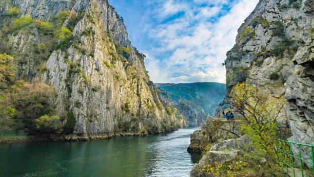 ünlü yapay göl matka üsküp, makedonya mavi gökyüzü karşı rocky dağları ile - üsküp stok fotoğraflar ve resimler