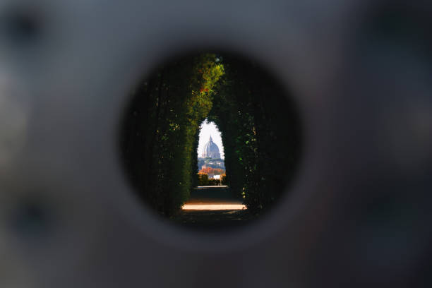 famous aventine keyhole (il buco della serratura) of the gate of villa del priorato di malta - st peter's basilica view, rome, italy - della stock pictures, royalty-free photos & images