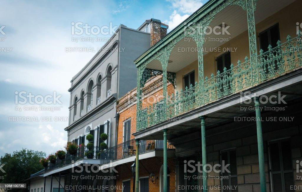 Famosa Bourbon Street Nueva Orleans Louisiana Viejas Mansiones En El
