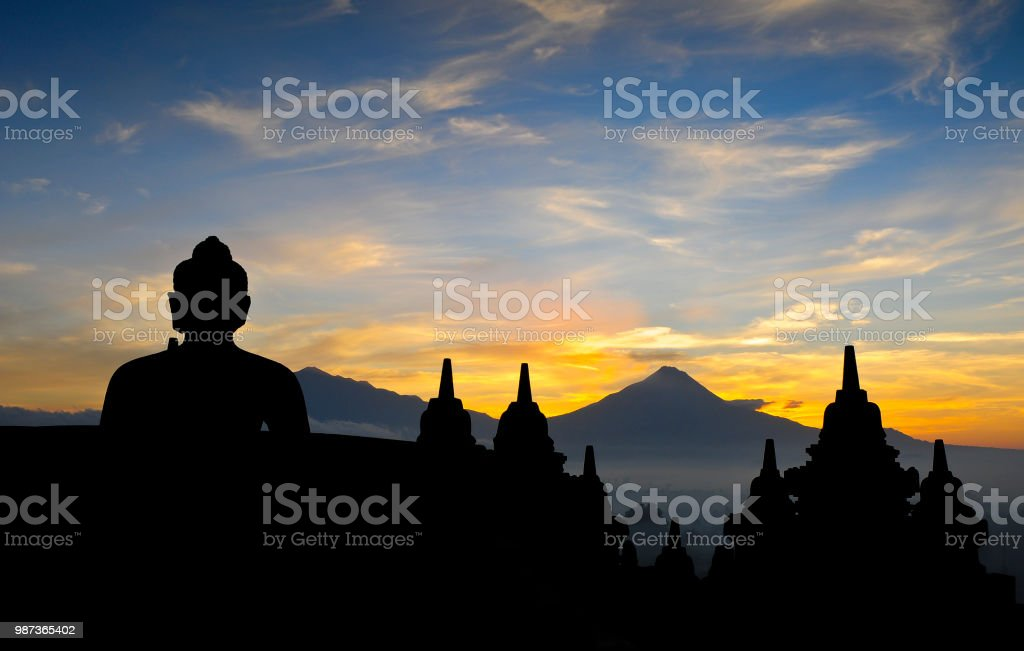 Berühmte buddhistische Tempel Borobudur bei Sonnenaufgang. In den Hintergrund Vulkan Merapi. Yogyakarta, Insel Java - Indonesien – Foto
