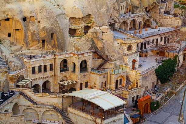 berühmte höhle hotels in göreme, capadokkia - hotels in der türkei stock-fotos und bilder