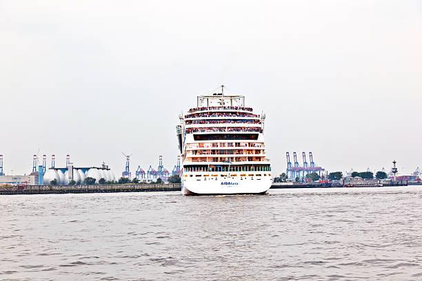 berühmte cruise liner aida verlässt den hafen - das traumschiff stock-fotos und bilder