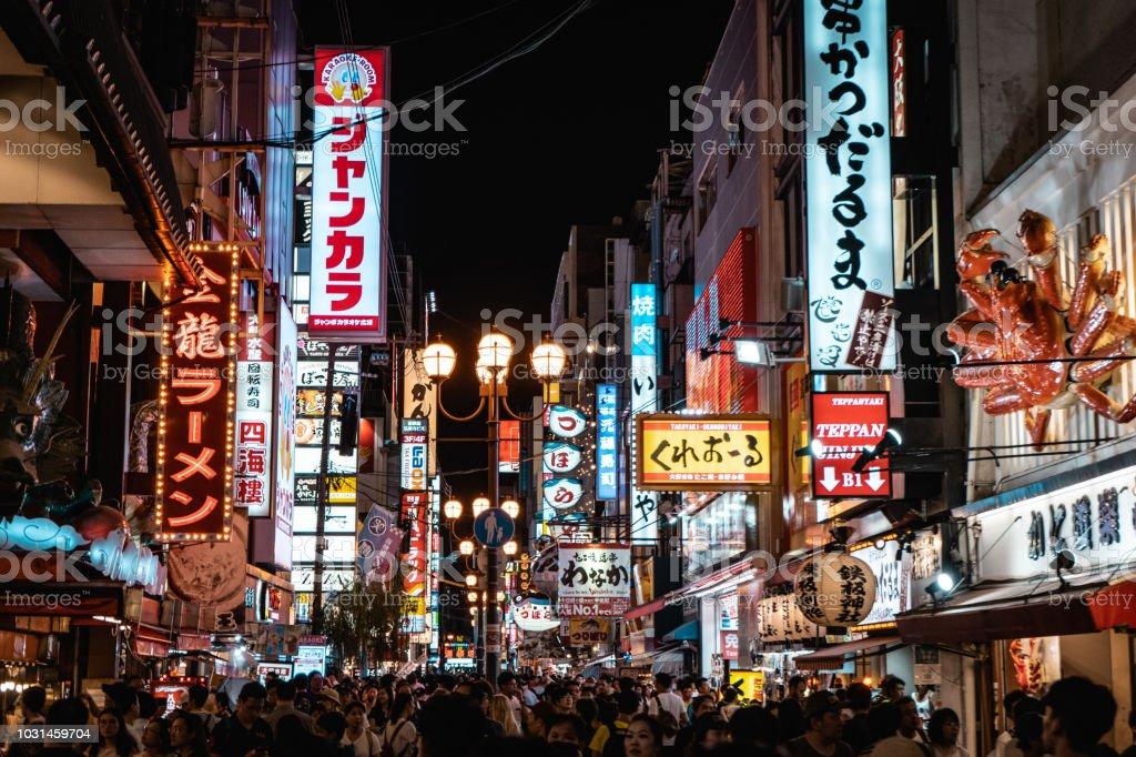 Dotonbori famoso calle de Osaka con miles de personas y neón firma comercial - Foto de stock de Actividad libre de derechos