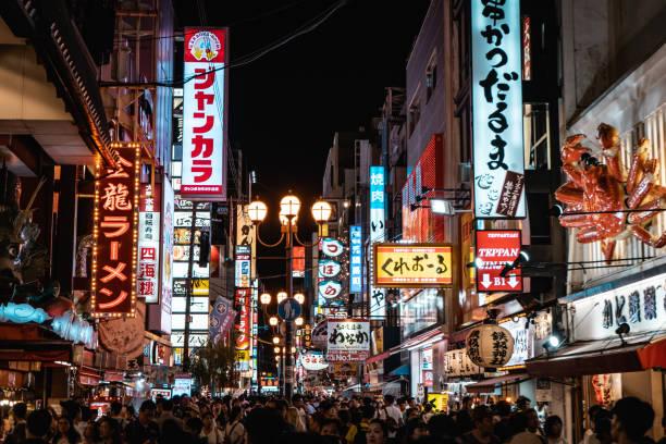 dotonbori célèbre commerçante d'osaka avec des milliers de personnes et néon enseignes - japon photos et images de collection