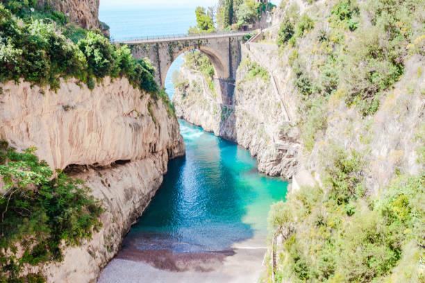 Berühmter Fiordo di furore Strand von der Brücke aus gesehen. – Foto