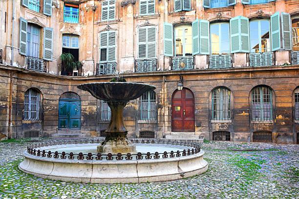 célèbres fontaines d'aix-en-provence - aix en provence photos et images de collection