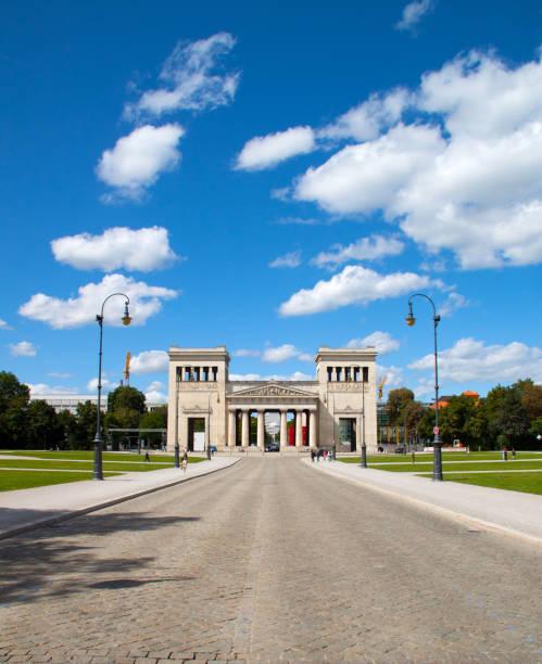 berühmte königsplatz in münchen - münchen weather stock-fotos und bilder