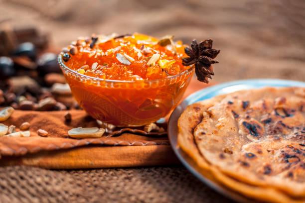 berühmte mangokonservierung, d.h. murba oder murabba in einer glasschüssel auf jutebeuteln, die zusammen mit trockenen früchten und gewürzen damit auftauchen. horizontale aufnahme mit hintergrund verschwommen. - kuqa stock-fotos und bilder
