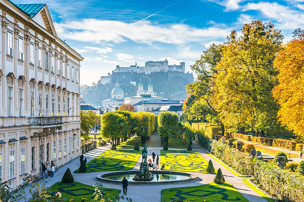 famous mirabell gardens with historic fortress in salzburg, austria - 奧地利 個照片及圖片檔