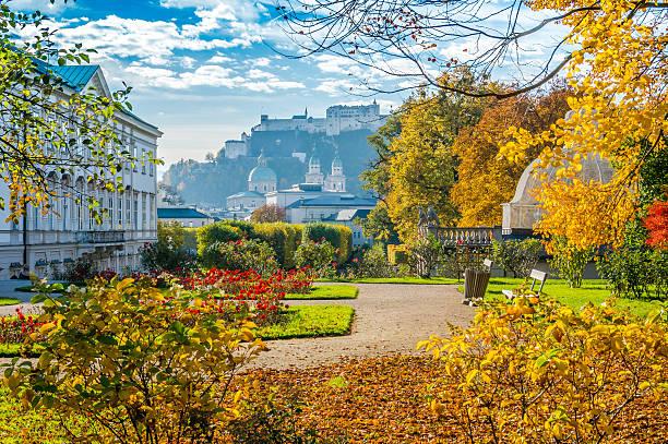 die berühmten gärten von schloss mirabell mit historischen festung in salzburg, österreich - salzburg stock-fotos und bilder