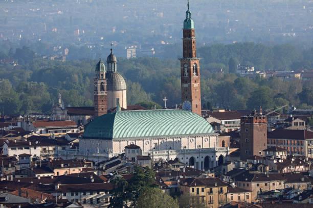 berühmtes denkmal namens basilica palladiana in vicenza city in no - vicenza stock-fotos und bilder