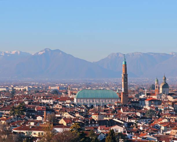 berühmtes denkmal mit dem namen basilica palladiana in vicenza in italien - vicenza stock-fotos und bilder