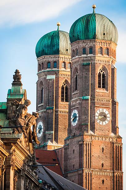 berühmten münchner frauenkirche – liebfrauenkirche - münchner frauenkirche stock-fotos und bilder
