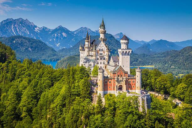 Berühmten Schloss Neuschwanstein mit malerischen Berglandschaft in der Nähe von – Foto