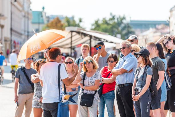 有名な古い歴史的な城広場首都の日当たりの良い夏の日大勢の人の中に無料ツアー ガイド - 案内 ストックフォトと画像