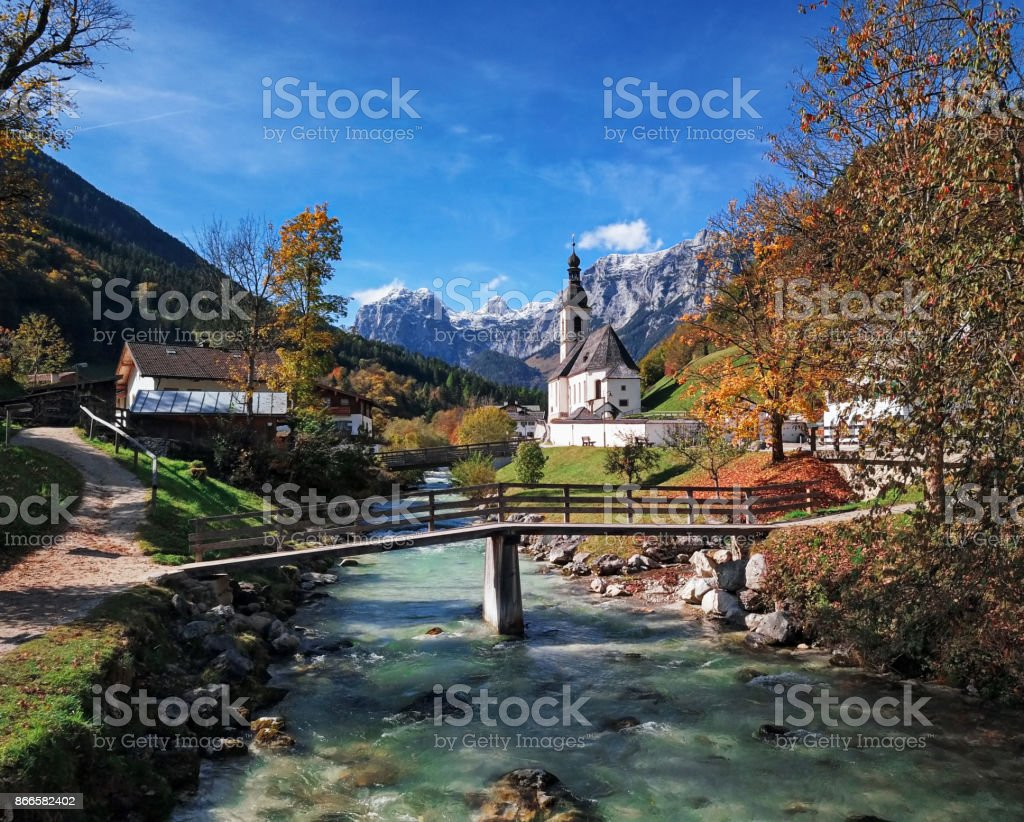 Berühmte Pfarrkirche St. Sebastian im Herbst in Ramsau, Berchtesgaden, Bayerische Alpen, Deutschland – Foto