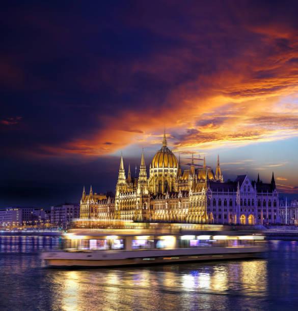 布達佩斯著名議會大廈在多瑙河之上在匈牙利在晚上。 - 匈牙利文化 個照片及圖片檔