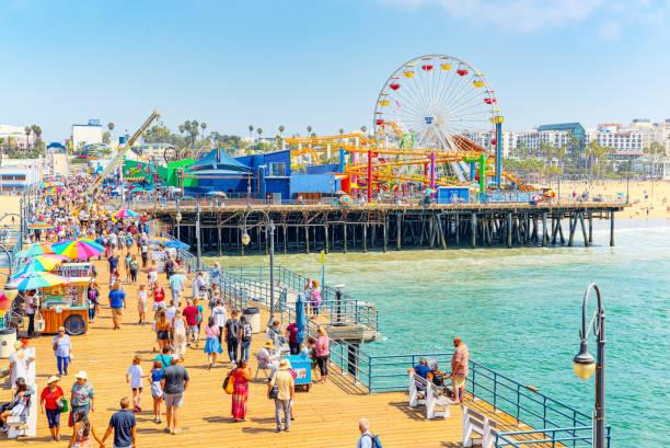 Santa Monica 'da turistlerle ünlü Pier, Los Angeles 'ın bir banliyösü. stok fotoğrafı