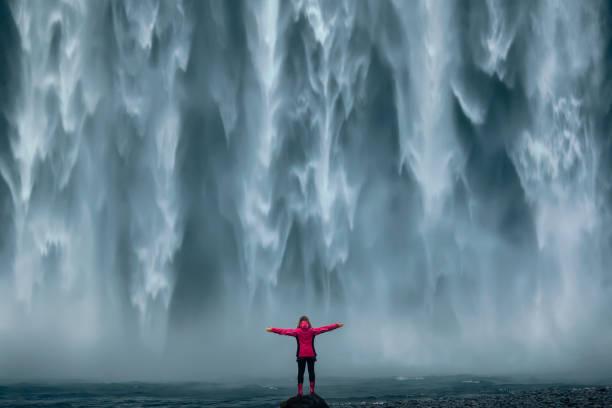 남쪽 아이슬랜드의 유명한 스 코가 포스 폭포 - 장엄한 뉴스 사진 이미지
