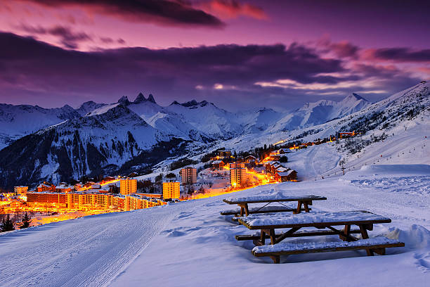 berühmte ski resort in den alpen, les sybelles, frankreich - hotel alpenblick stock-fotos und bilder