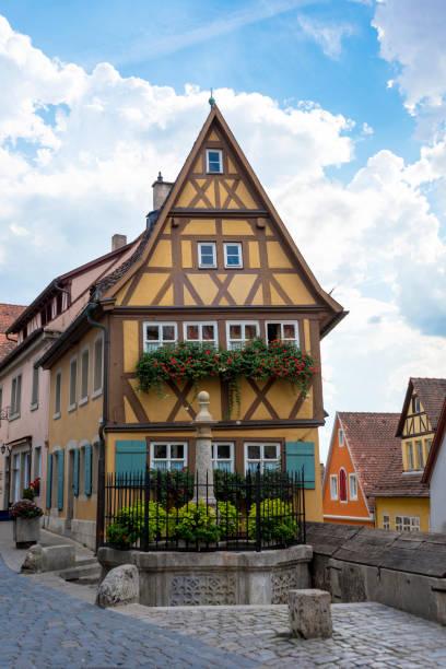 beroemde stad vierkante rothenburg ob der tauber, duitsland - rothenburg stockfoto's en -beelden