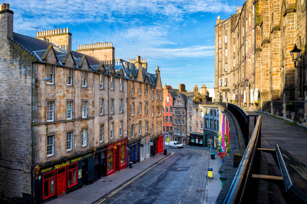 Famously colourful Victoria Street in the Old Town of Edinburgh, Scotland, UK Famously colourful Victoria Street in the Old Town of Edinburgh, Scotland, UK princes street edinburgh stock pictures, royalty-free photos & images