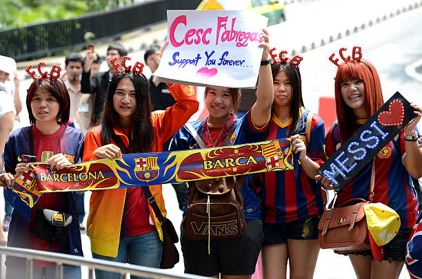 Fan Club team FC Barcelona in Bangkok Bangkok, Thailand - August 5, 2013: Fan Club team FC Barcelona with banners cheering came for the team in Barcelona at Don Muang airport in Bangkok fan club stock pictures, royalty-free photos & images