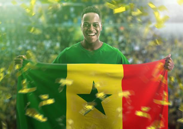 Ventilador / Sport jogador segurando a bandeira do Senegal - foto de acervo
