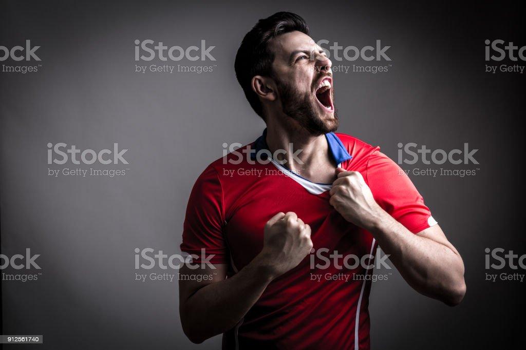 Ventilateur / lecteur de Sport sur l'uniforme rouge célébrant - Photo