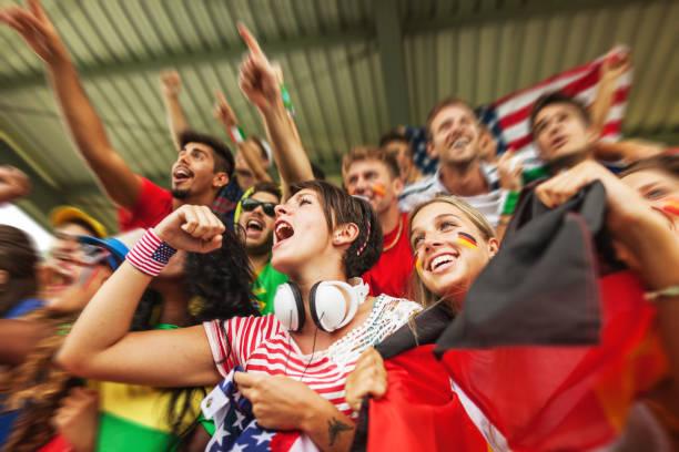 ventilator unterstützt ihre nationalmannschaften - deutschland usa stock-fotos und bilder
