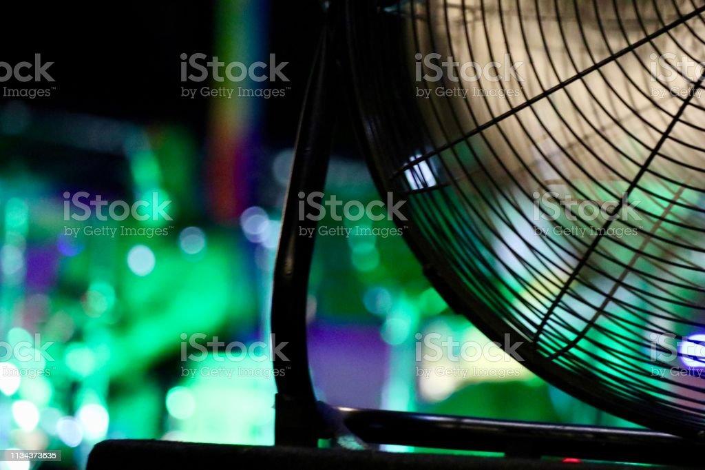 Un ventilateur avec des lumières vertes de fond - Photo