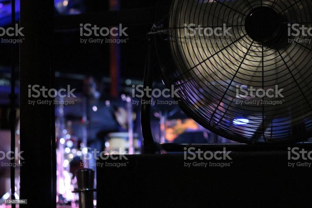 Un ventilateur avec le fond léger - Photo