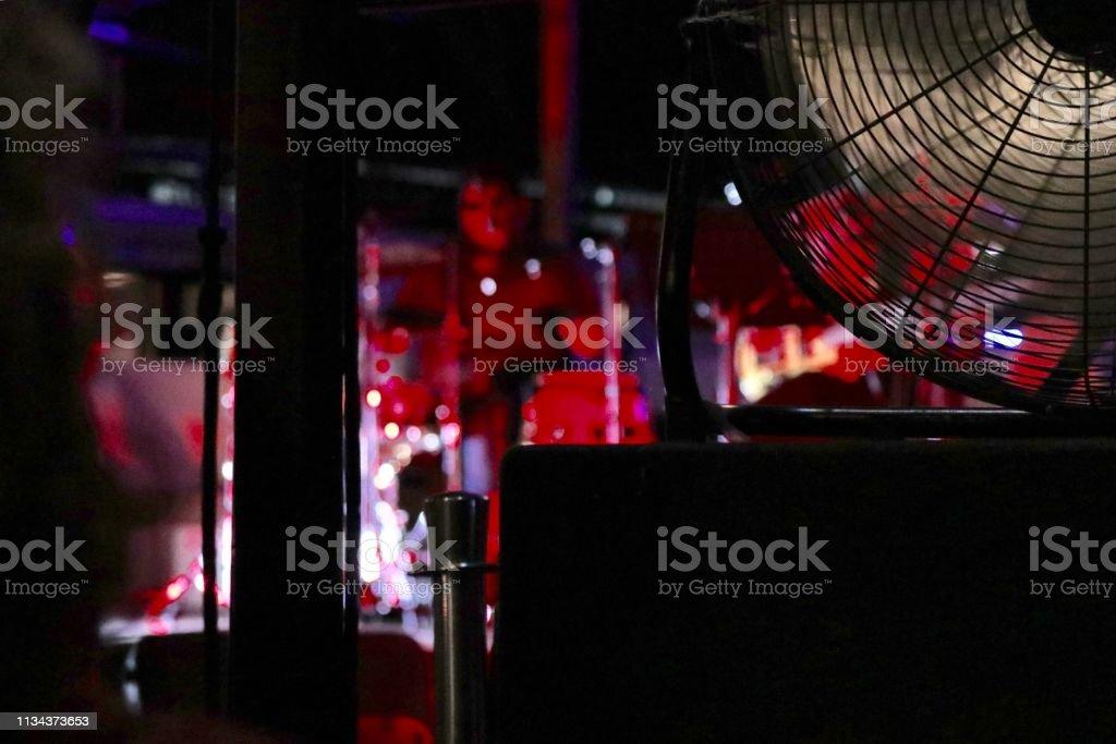 Un ventilateur avec le fond de lumière rouge - Photo