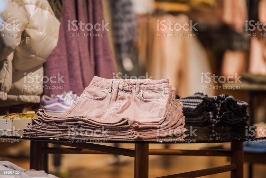 在倫敦一家商店的模特身上穿上花哨的衣服。 免版稅 stock photo
