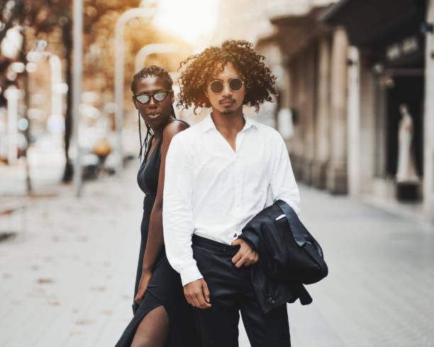 ausgefallene interracial paar in einer straße von barcelona - modedetails stock-fotos und bilder