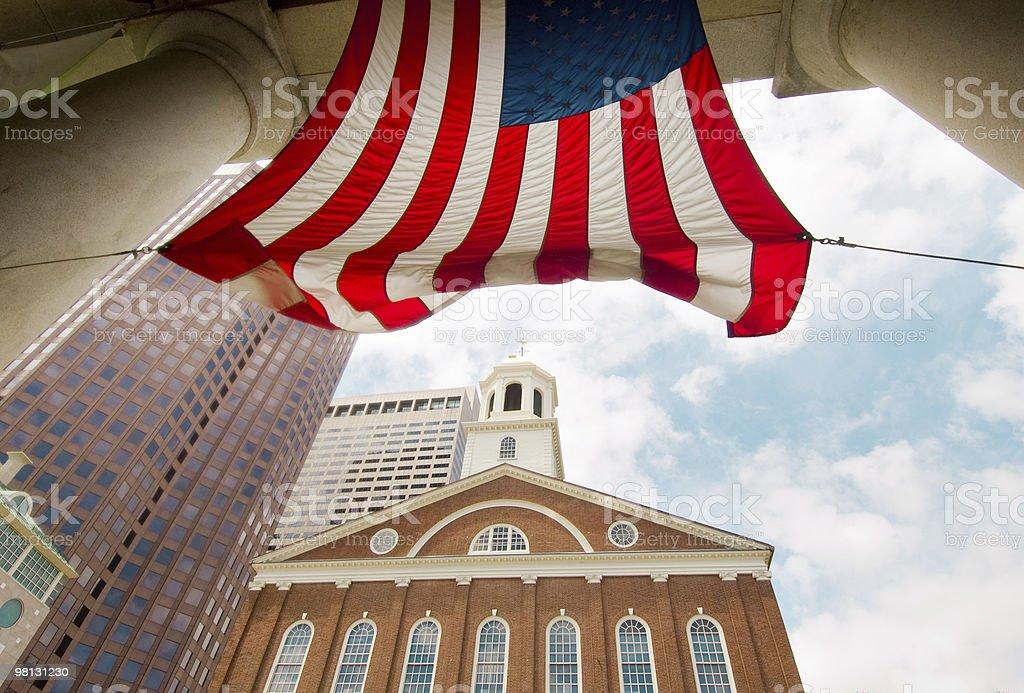Mercato di Faneuil Hall e bandiera americana foto stock royalty-free