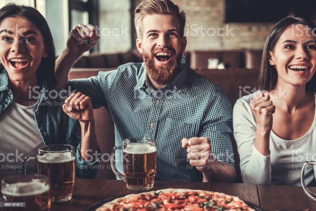 Fans at pub - foto de acervo