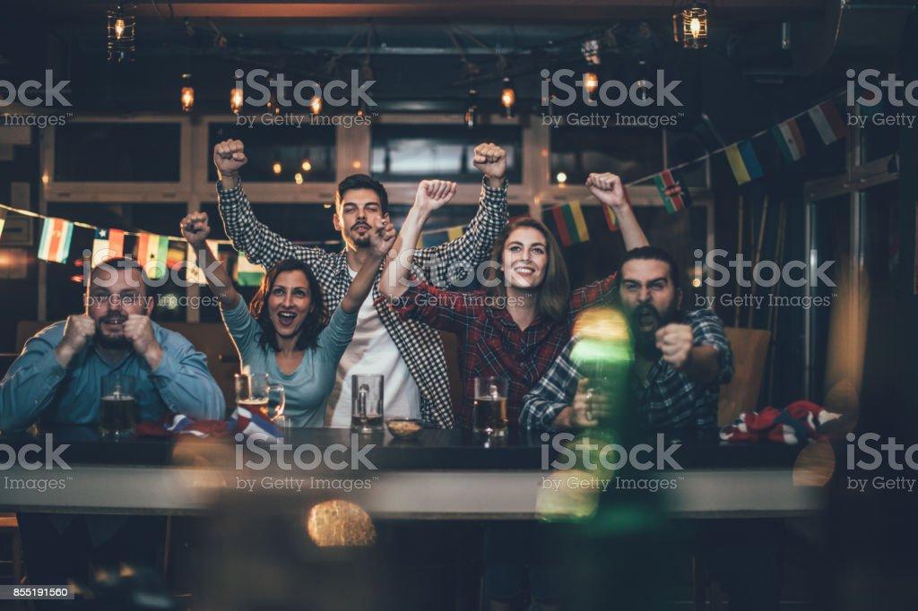 Fãs no bar comemorando - foto de acervo