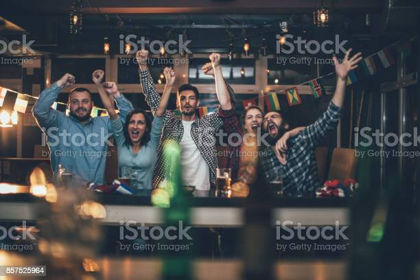 Fans at the bar celebrating together picture id857525964?b=1&k=6&m=857525964&s=612x612&h=buxoi9pefdxhiyf51kvnpedz96qqkfjti3sqwtbjkh4=