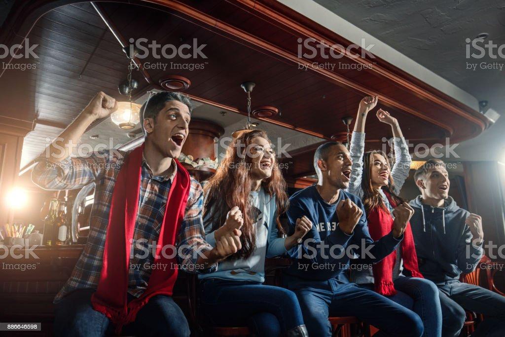 Mit Freude an der Bar-Fans schreien und feiern Sieg ihrer Lieblings-Sport-Team – Foto