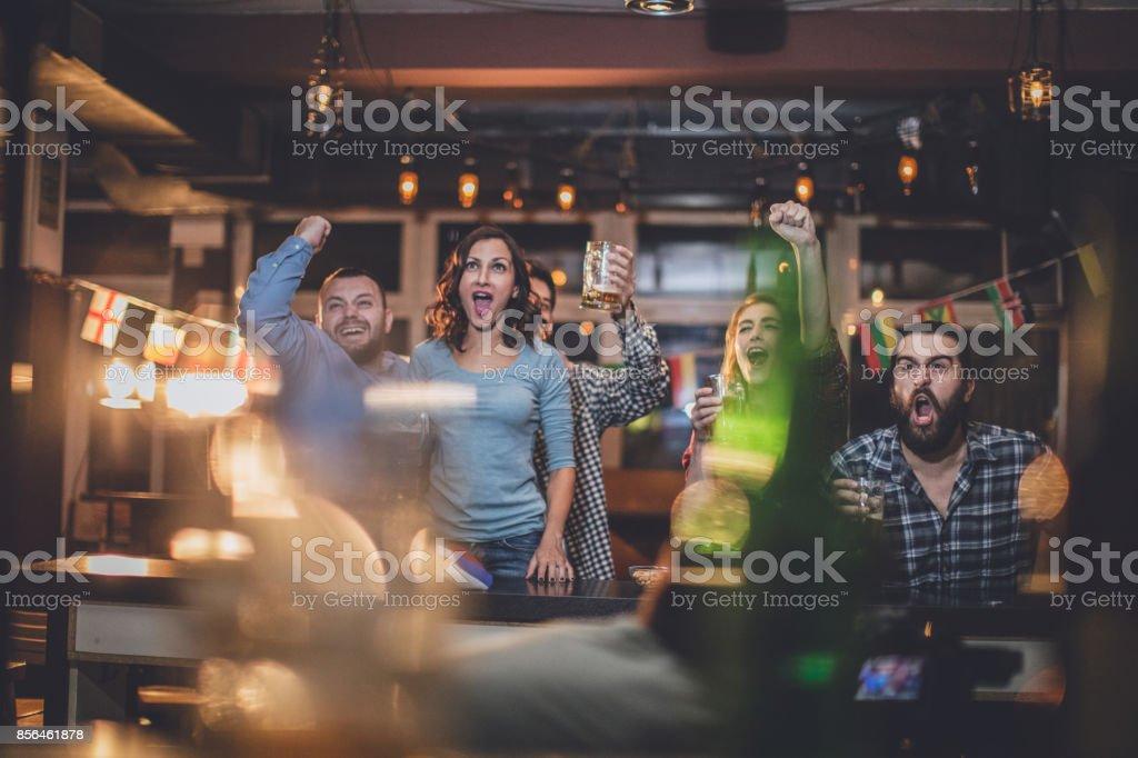 Fãs no bar - foto de acervo