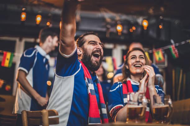 fans juichen voor hun team - sportkampioenschap stockfoto's en -beelden