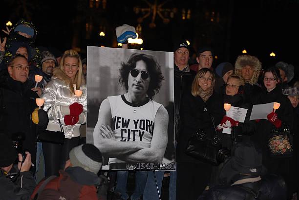 fans kommen sie zu ehren john lennon - beatles songs stock-fotos und bilder