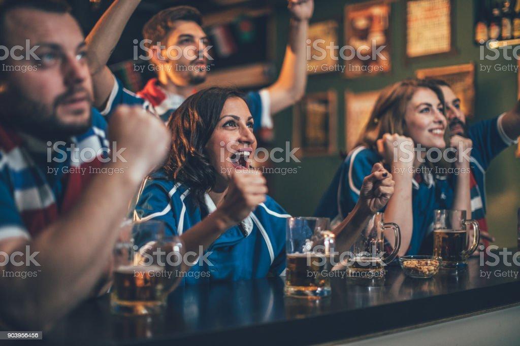 Fans in a pub - Foto stock royalty-free di Adulto