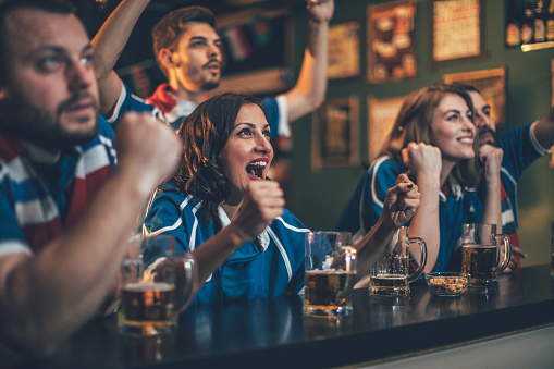 Fans In A Pub - Fotografie stock e altre immagini di Adulto