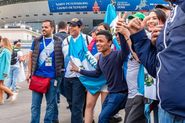 Fans aus verschiedenen Ländern werden vor dem Spiel WM 2018 fotografiert. – Foto