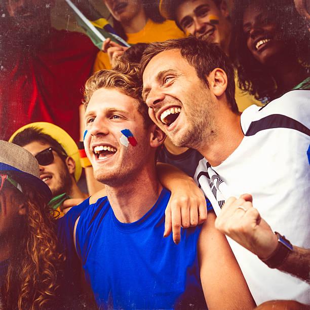 Os fãs de diferentes Nações no Estádio juntos - foto de acervo