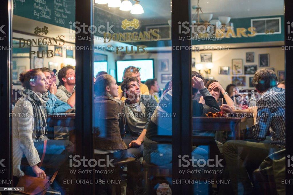 Fãs de futebol em um pub - foto de acervo